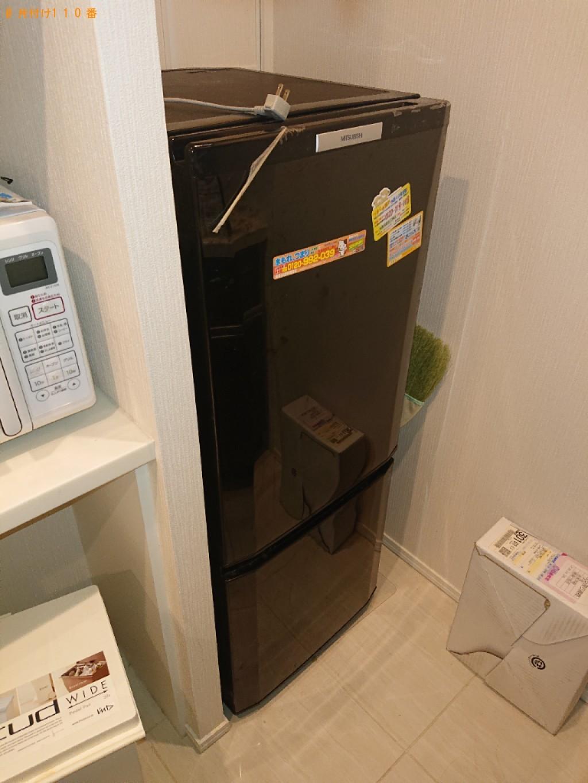 冷蔵庫、パソコン、テーブル